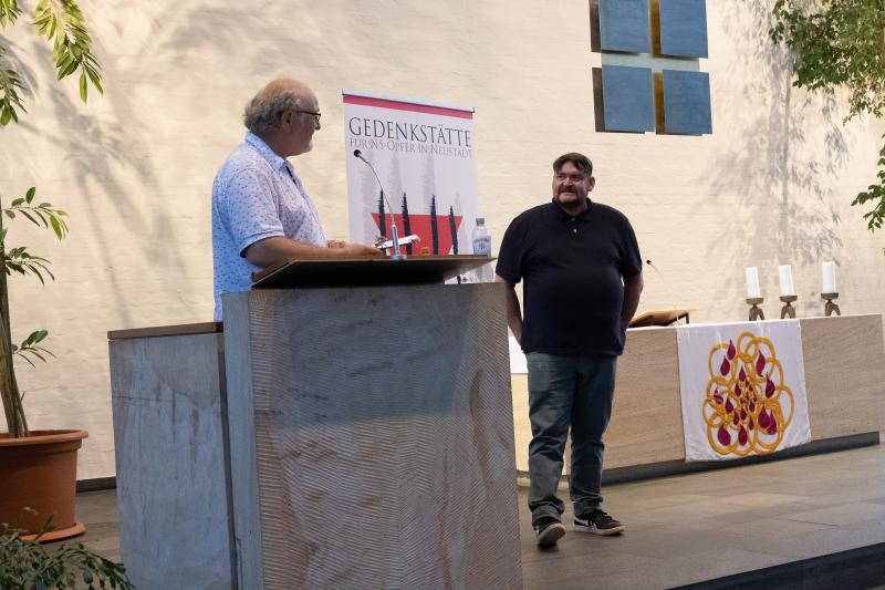Eberhard Dittus (Gedenkstätte Neustadt) und der Referent der Veranstaltung, Manuel B., am 4.6.2021 in der Martin Luther Kirche in Neustadt (Foto: © Sara Sun Hee Martischius)